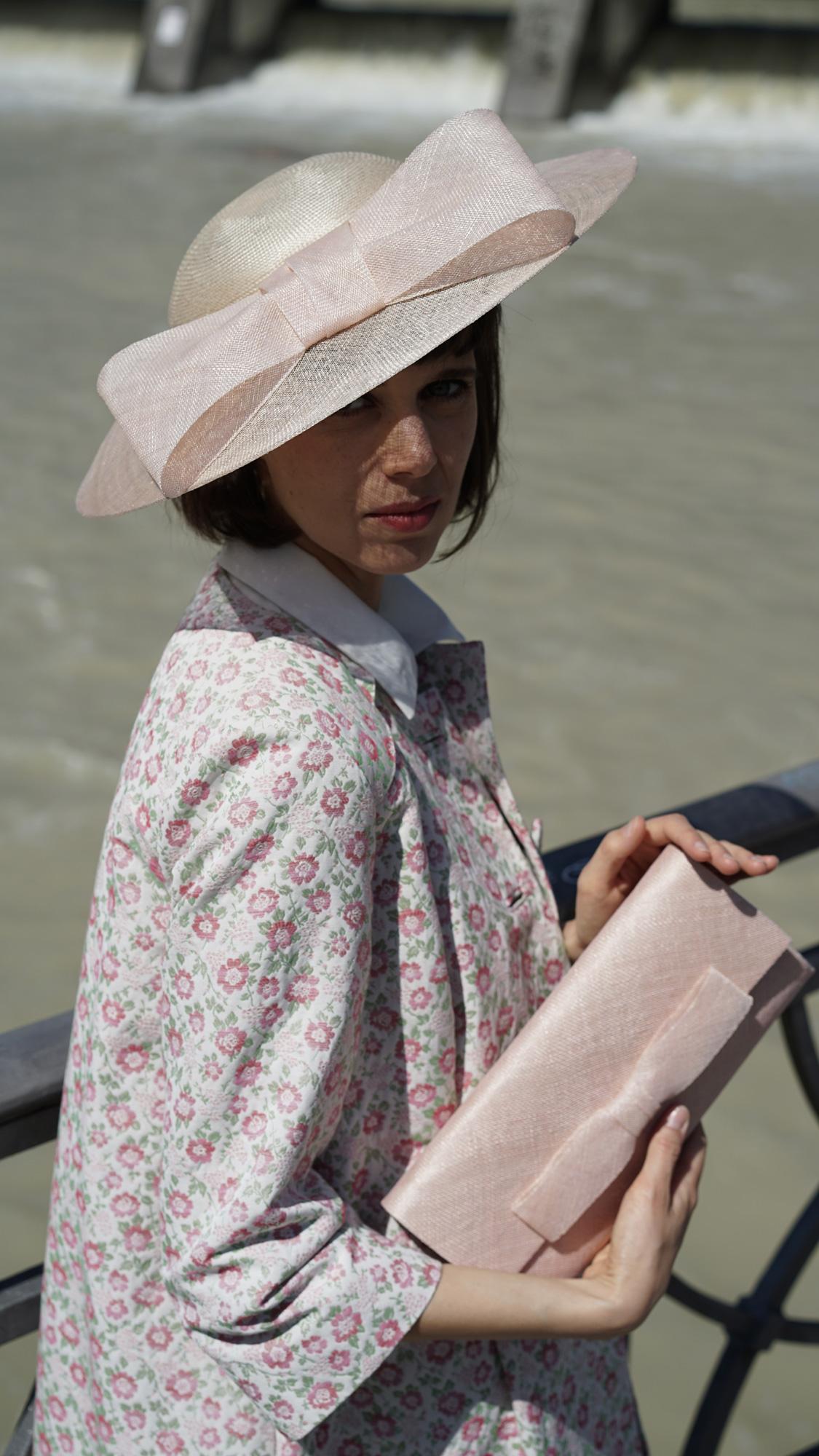Sophie. Flacher Hut für Ihren Auftritt zum Beispiel als Hochzeitsgast. Wir fertigen den Hut gerne in Ihrer Wunschfarbe.
