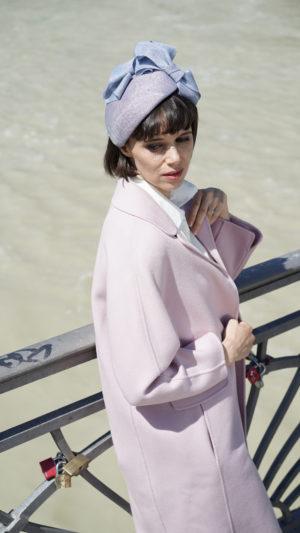 Anja. Charmante Kappe aus feinem Stroh. Sieht hübsch auf glattem Haar aus.
