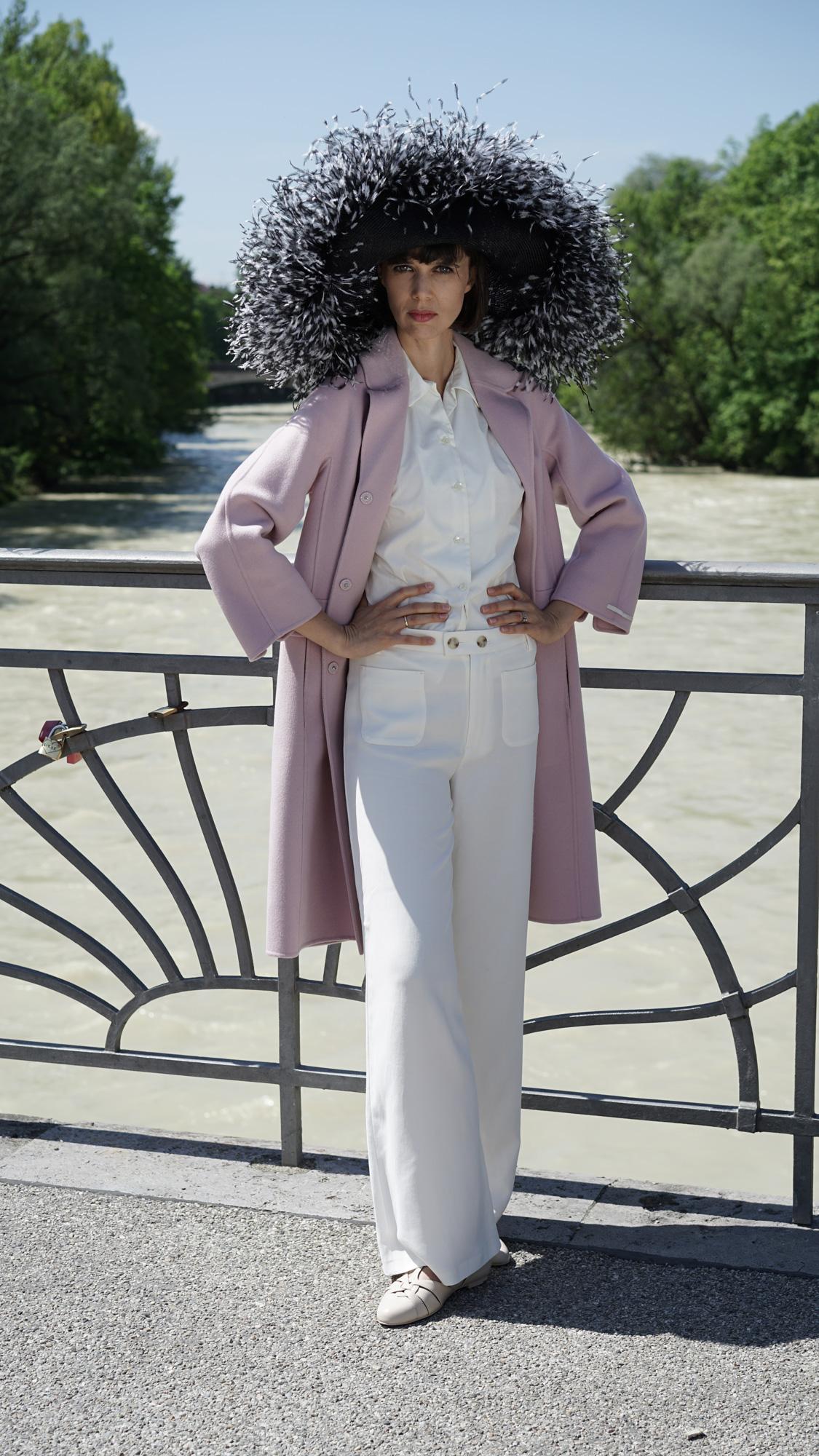 Dalia. Spektakulär! Ihr Auftritt mit diesem Hut. Alle Blicke auf Ihnen.