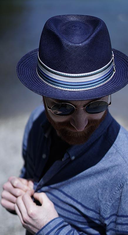Handgeflochtener Panamahut in dunklem blau. Das passt perfekt zu Denim.