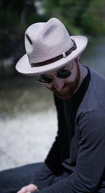 Leichter Hut aus Hanfgeflecht. Superleicht und lässig.