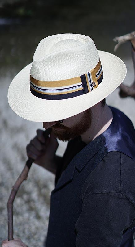 Handgeflochtener Panamahut und modischem, gestreiftem Band.