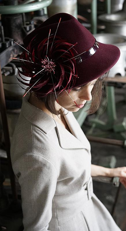 Antje. Anlass-Filzhut mit großer Federblüte. Passt gut, wenn Sie es ausgefallen mögen.