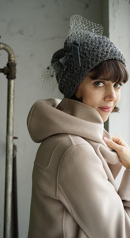Mizzi. Feminine, handgearbeitete Mütze mit Schleier.
