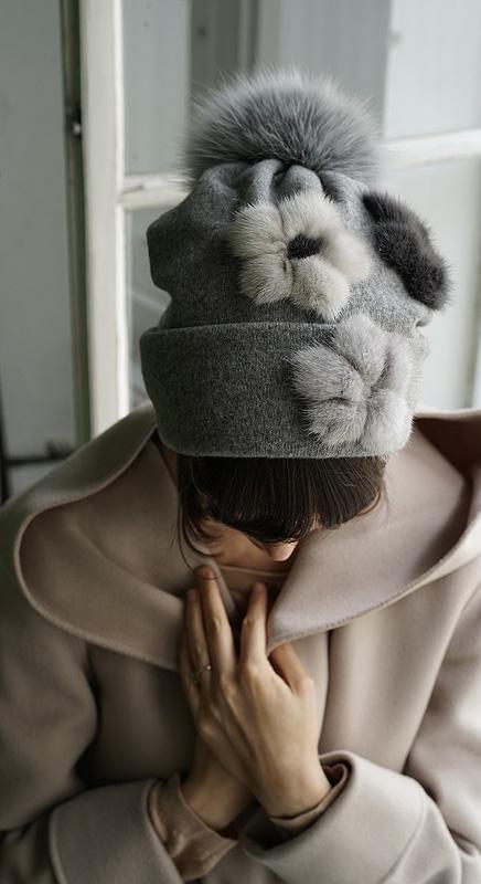 Pit. Wir sind verliebt in die putzigen Pelzblumen auf der Mütze. Pit kann auch als Schal getragen werden. Sieht man auf dem nächsten Bild.