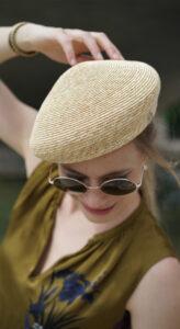 Martha. Asymmetrische Kappe aus Weizenstroh.