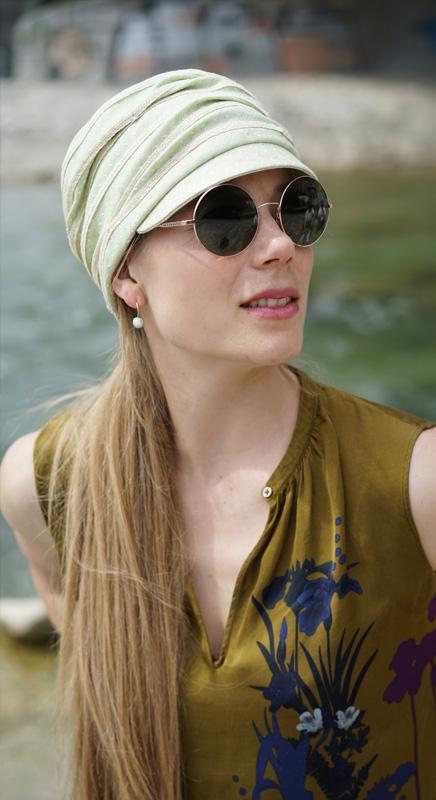 """Yasmin. Die Kappe mit kleinem Schild ist für den """"Bad-Hair-Day"""" perfekt. Wir fertigen die Mütze auch weiteren Farben."""