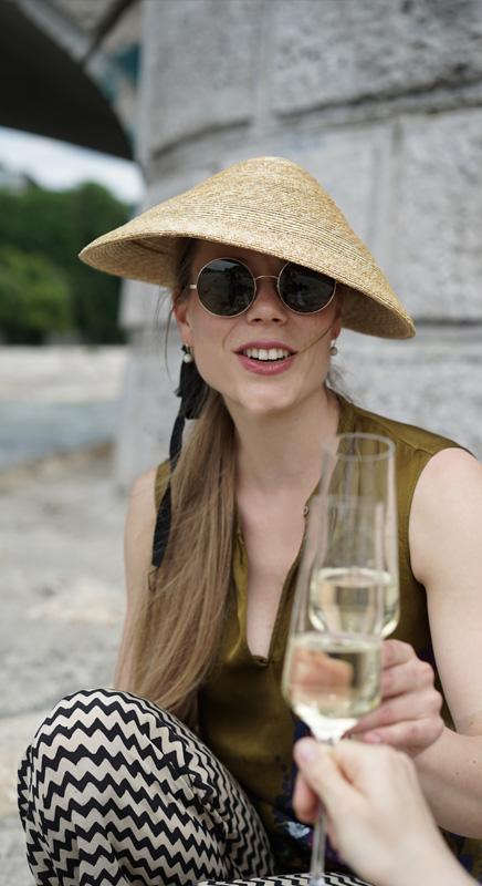 Sabrina. Ein Hauch von Exotik auch für den eigenen Garten oder den Grillnachmittag an der Isar. Das Strohgeflecht sitzt schön flach auf dem Kopf und schont dadurch Ihre Frisur.
