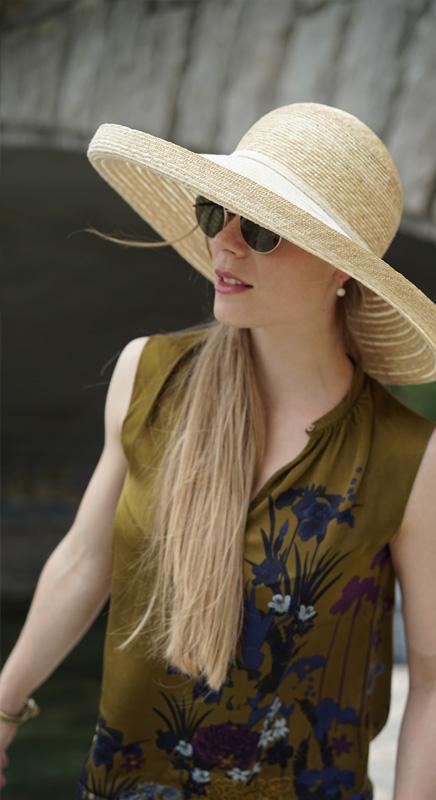 Patty. Klassischer, leichter Sommerhut aus Naturstroh. Der Rand bietet viel Schatten und trotzdem lässt das Geflecht genügend Licht durchscheinen. Patty zaubert ein wunderschönes Licht in Ihr Gesicht.